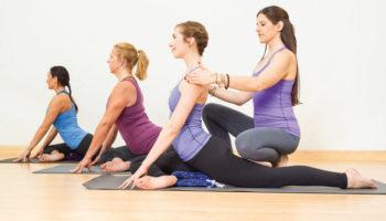 Когда вредна «правка» на уроке хатха-йоги?